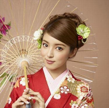 成人式は女性にとっては一生に一度の大切な式です。 その中で、最近は花魁の装いやエアリースタイルなどのいろいろな髪型が出てきましたが、今回は日本人らしさを